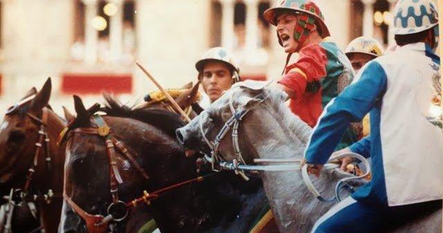 Andrea Chelli detto Mistero, fantino della Contrada del Drago nel Palio del 16 agosto 1993