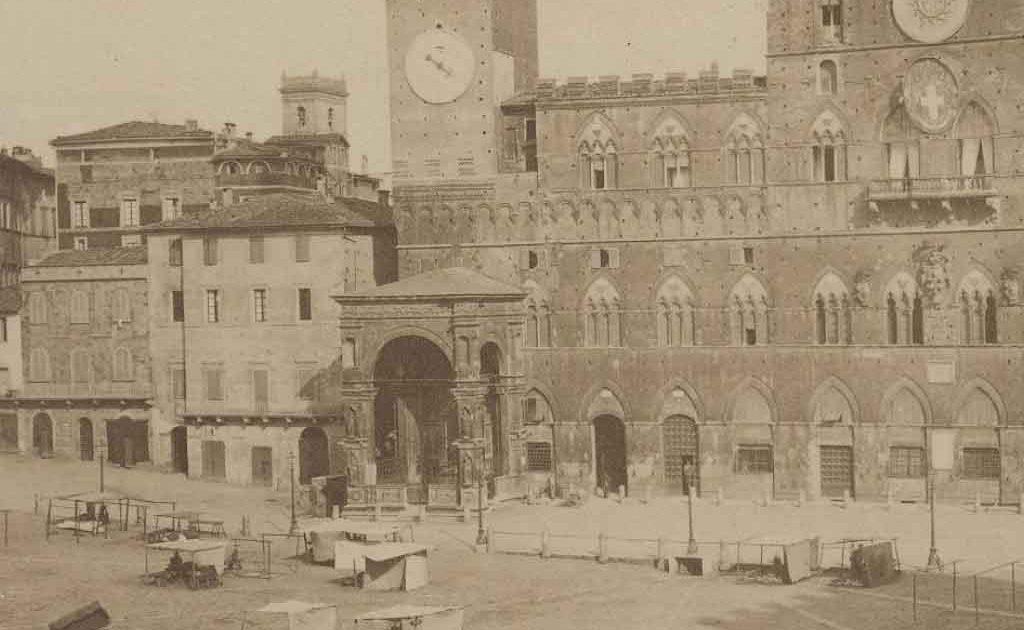 I vecchi Colonnini alla Cappella di Piazza del Campo a Siena prima del 1868 - Copyright ilpalio.org - Tutti i diritti riservati
