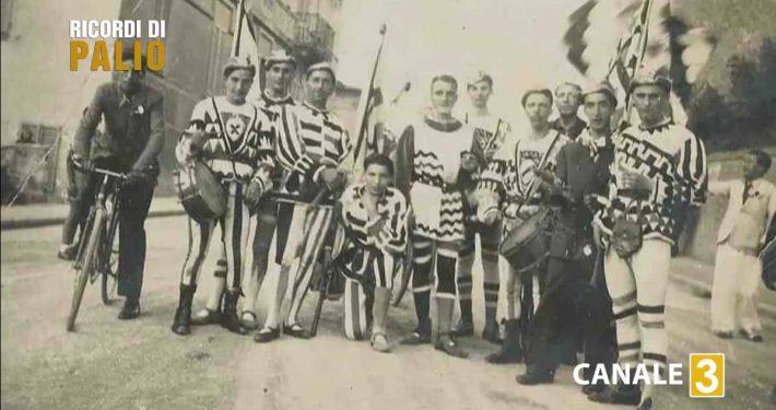 Pietrino con la Comparsa della Contrada dell'Istrice al Palio del 2 luglio 1935