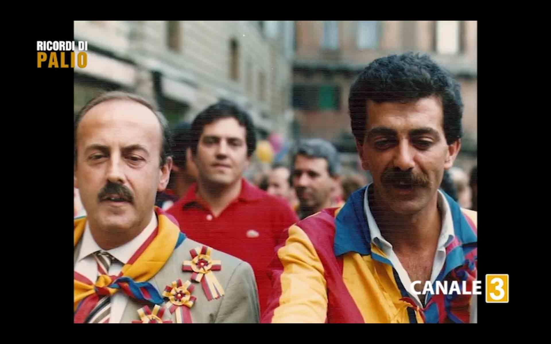 Massimo Alessandri detto Bazzino durante i festeggiamenti della Contrada della Chiocciola con il Capitano