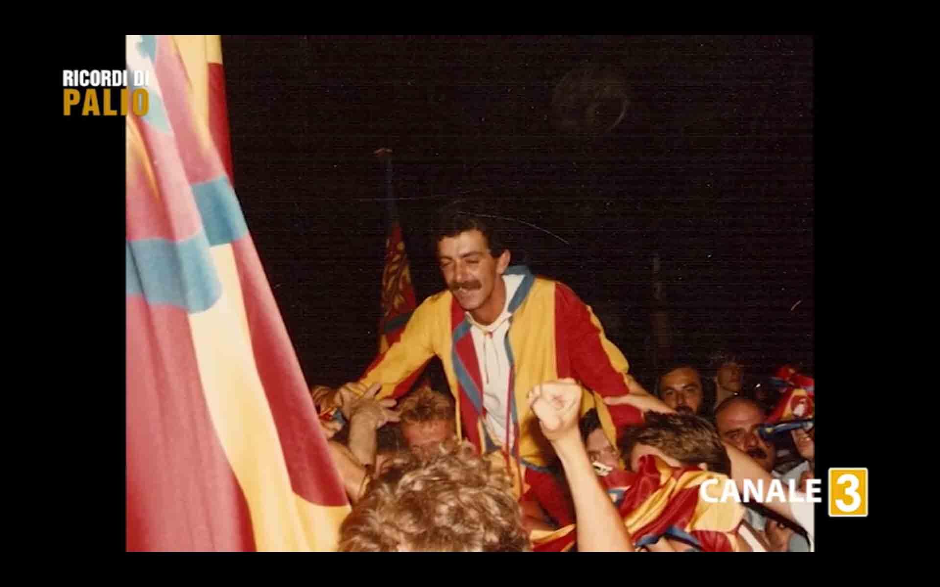Massimo Alessandri detto Bazzino durante i festeggiamenti della Contrada della Chiocciola dopo la vittoria del Palio di Siena del 16 agosto 1982