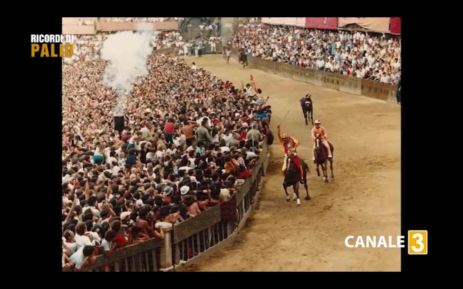 Massimo Alessandri detto Bazzino durante il Palio del 16 agosto 1982 su Panezio taglia il traguardo e vince per la Contrada della Chiocciola