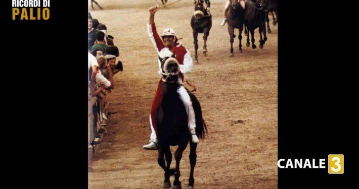 Silvano Vigni detto Bastiano arriva vittorioso al bandierino del Palio del 2 luglio 1990 con i colori della Imperiale Contrada della Giraffa