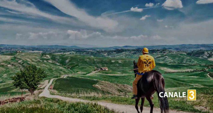 """Silvano Vigni detto Bastiano durante la nostra rievocazione di """"Ricordi di Palio"""" con il giubbetto della Nobile Contrada dell'Aquila a Vèscona"""