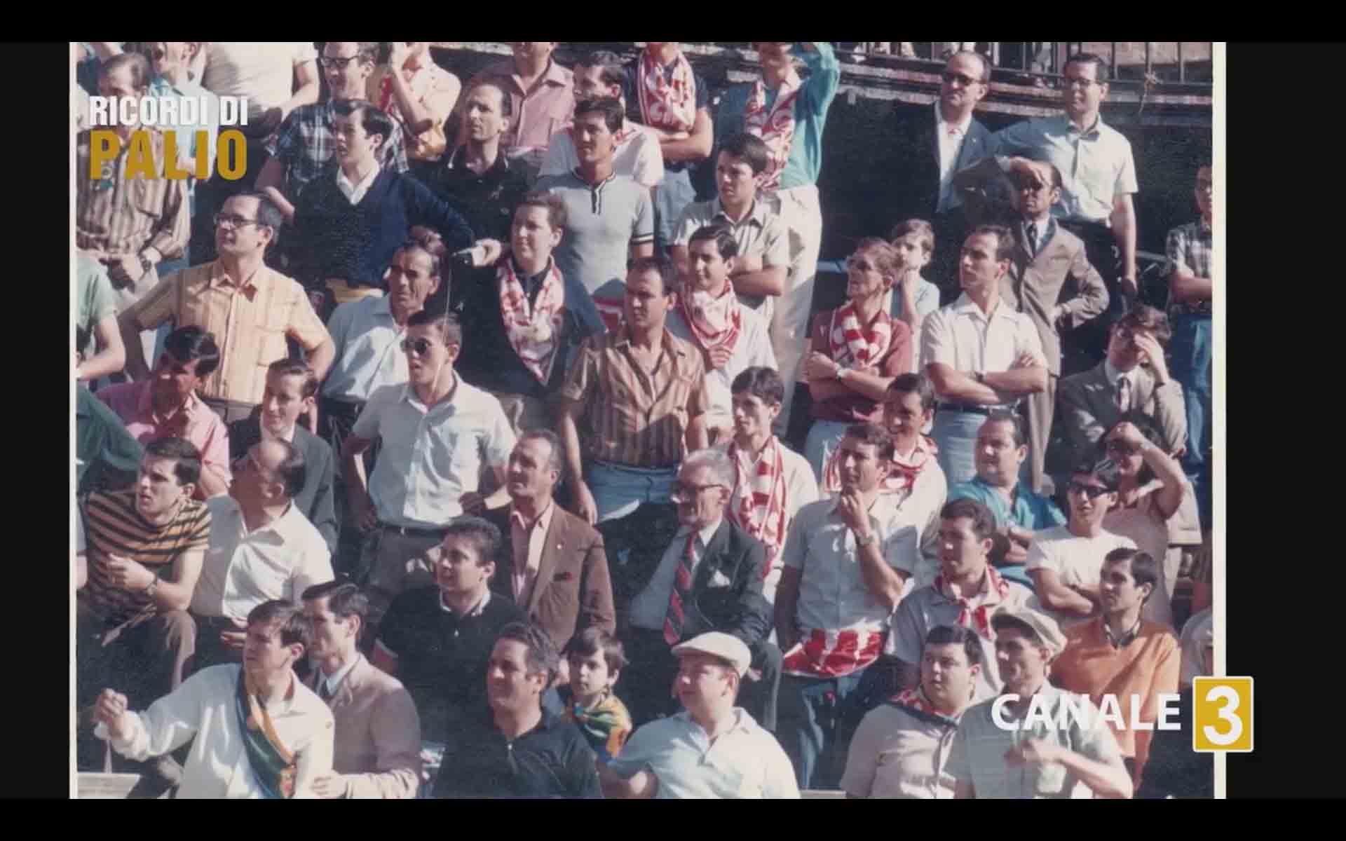 Il Popolo della Imperiale Contrada della Giraffa sul palco durante una prova mattutina del Palio Straordinario 1967