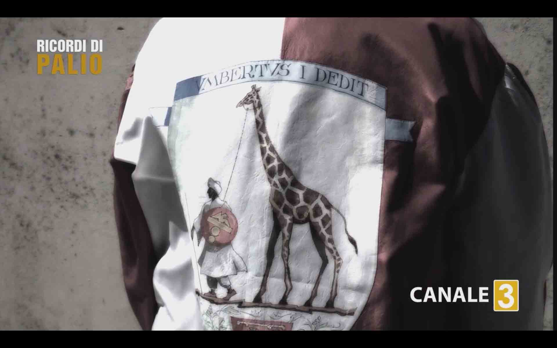 Saro Pecoraro detto Tristezza col giubbetto e lo zucchino della Imperiale Contrada della Giraffa con cui vinse il Palio Straordinario 1967