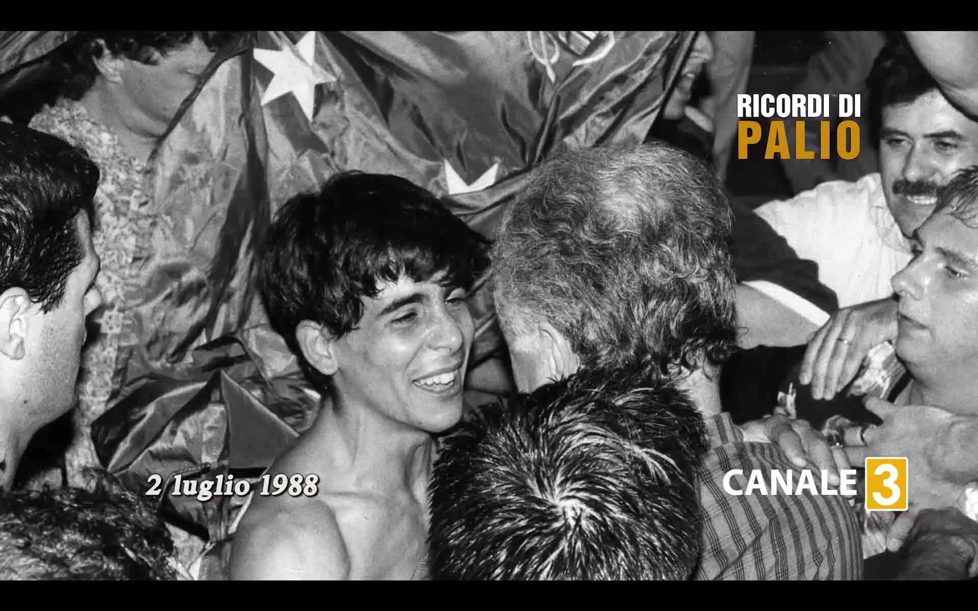 Massimo Coghe detto Massimino dopo la vittoria del 2 luglio 1988 per la Contrada del Nicchio