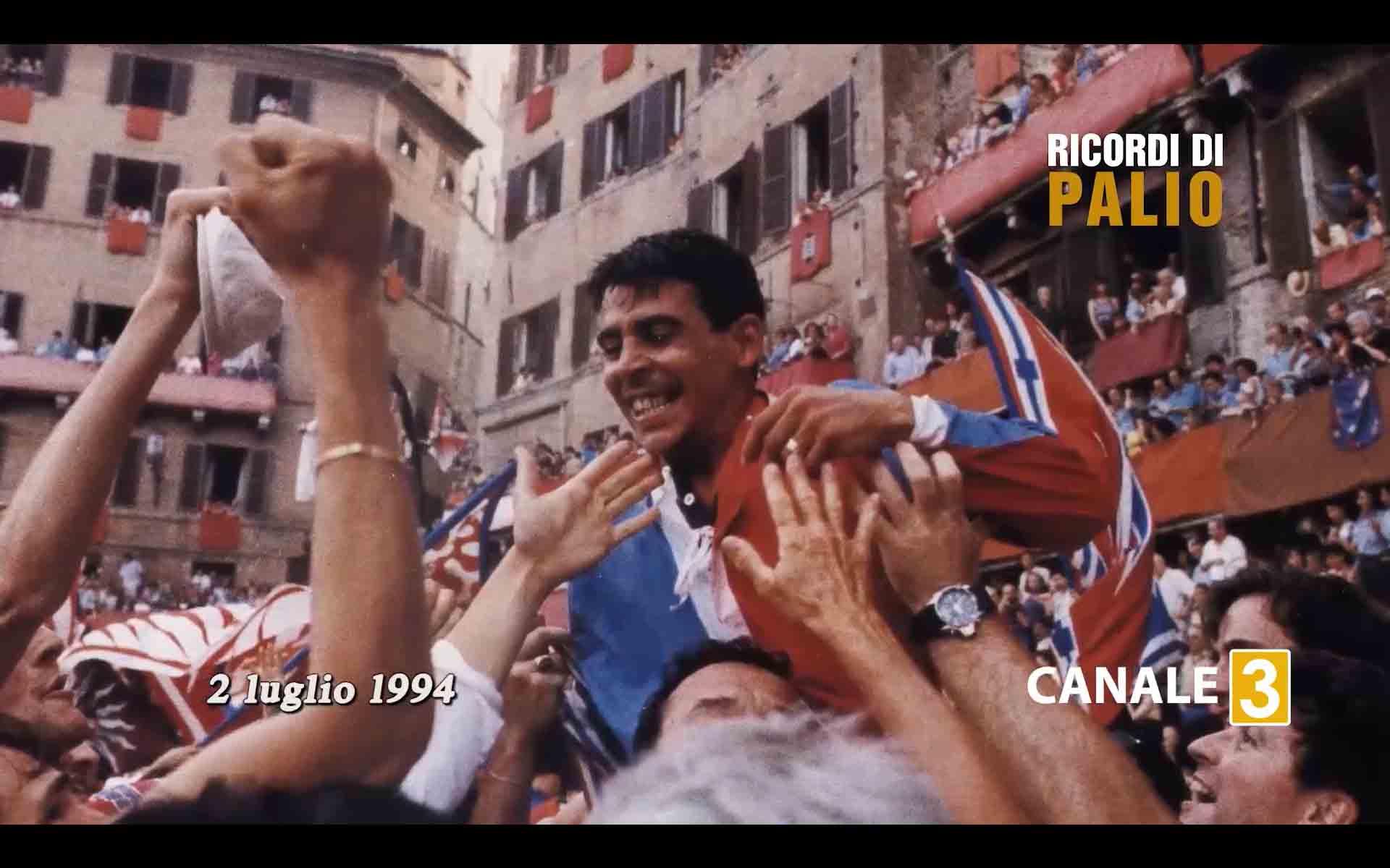 Massimo Coghe detto Massimino vittorioso portato in trionfo dopo il Palio del 2 luglio 1994