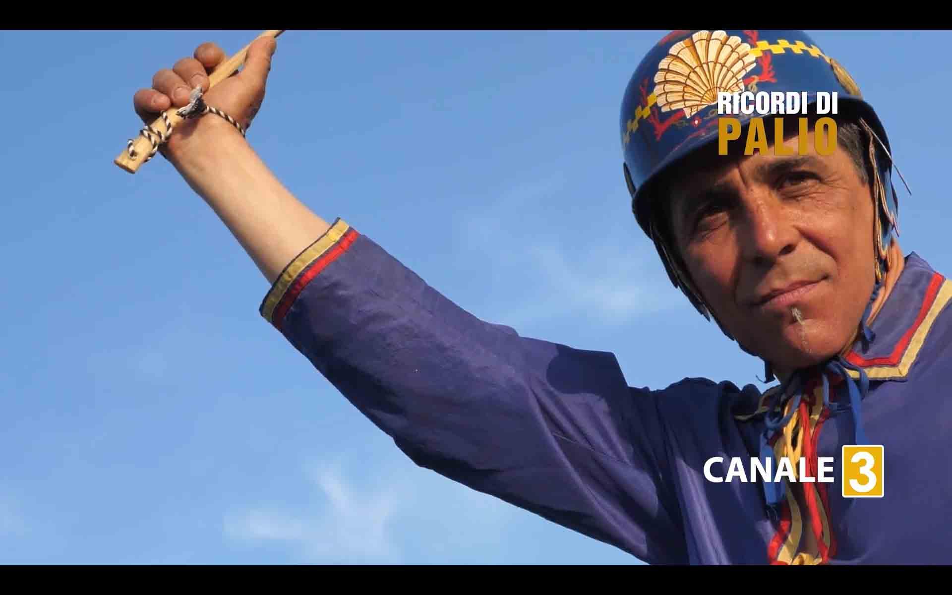 Massimo Coghe nel corso della puntata di Ricordi di Palio ha reindossato il giubbetto e lo zucchino con cui vinse nel Nicchio