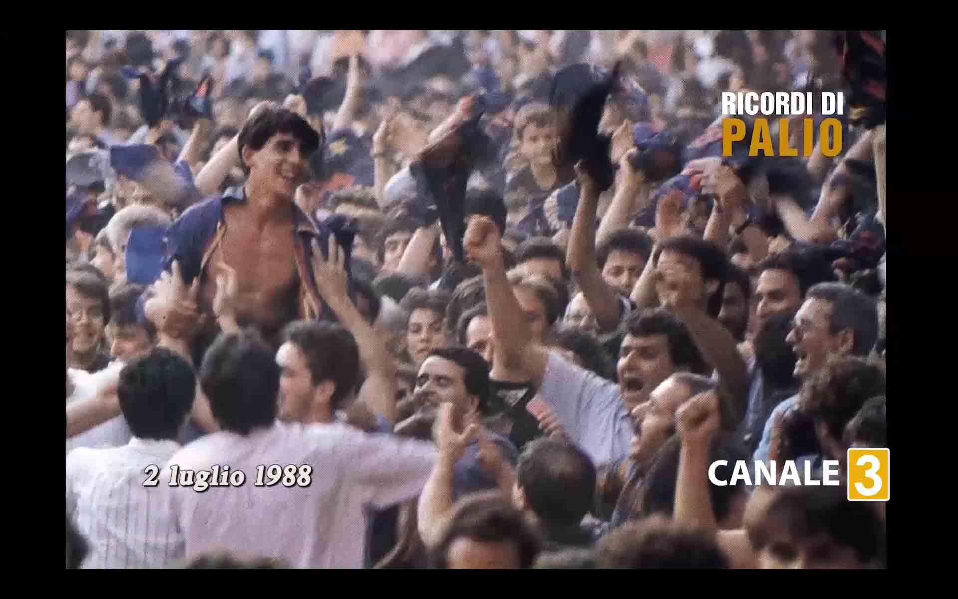Massimo Coghe vittorioso dopo il Palio del 2 luglio 1988 nel Nicchio