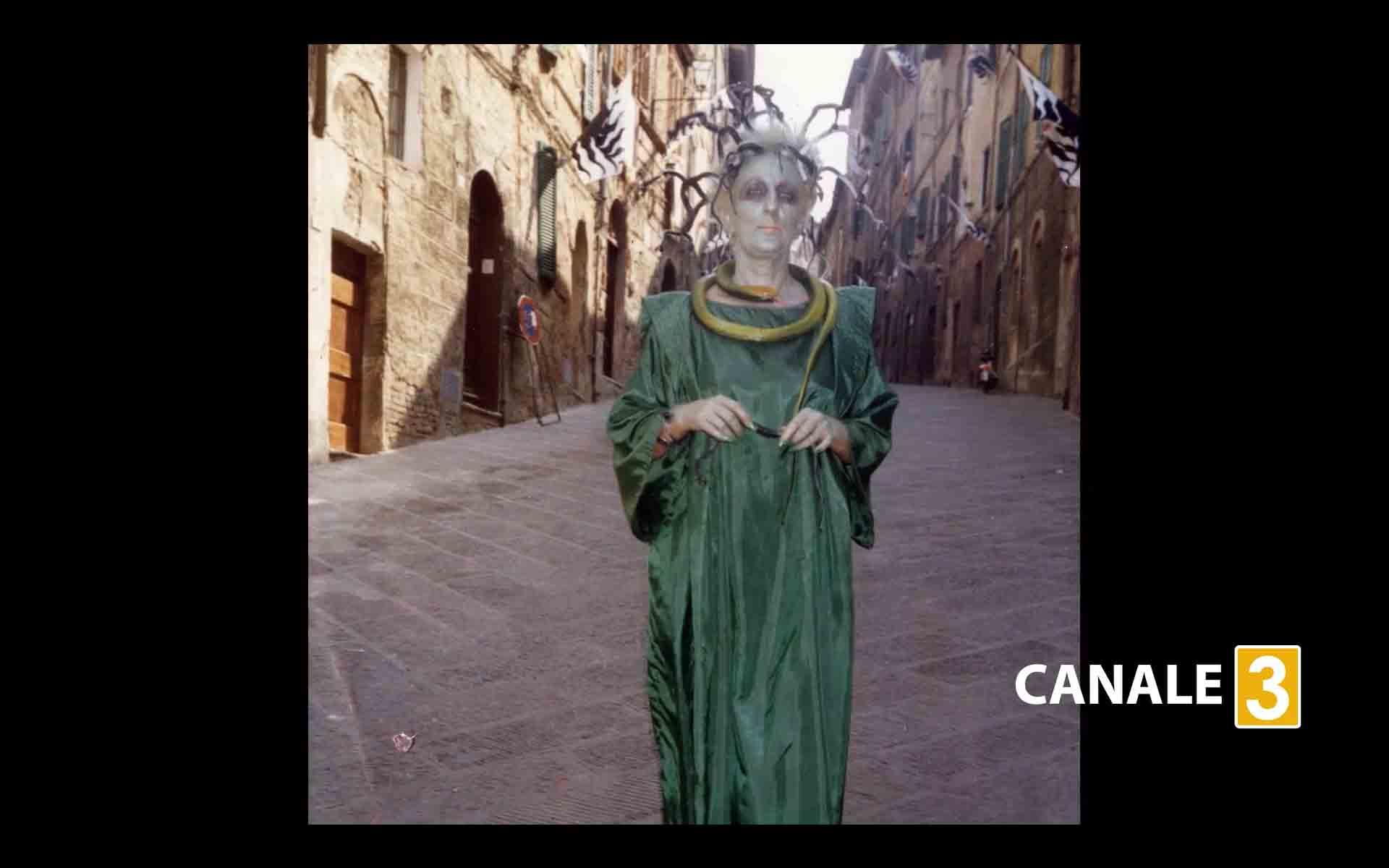 la marisona vestita da vipera dopo la vittoria del 1989