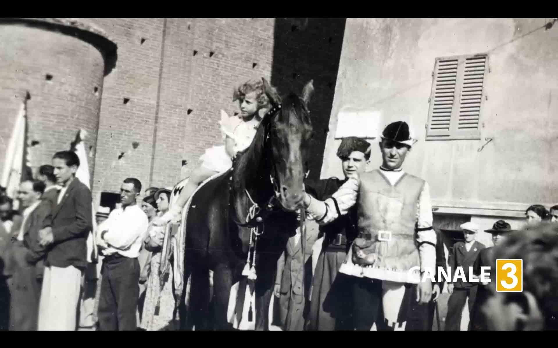 marisa bertini da bambina sul cavallo Folco che vinse per la Contrada della Lupa il 2 luglio 1937
